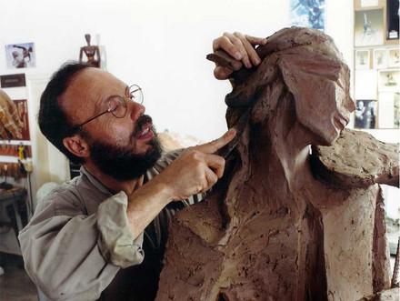 Escultura em fase de modelagem com argila