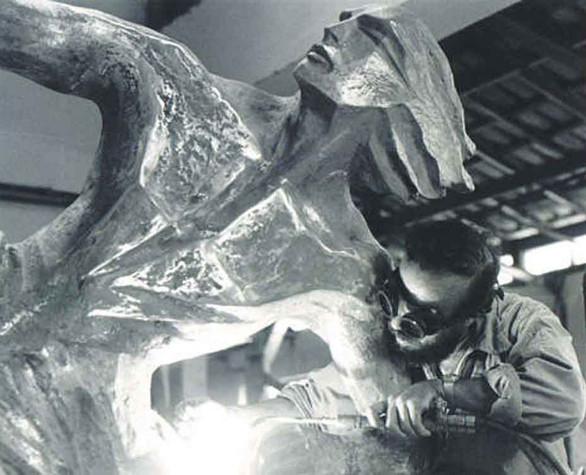 Escultura em fase de retoque no bronze