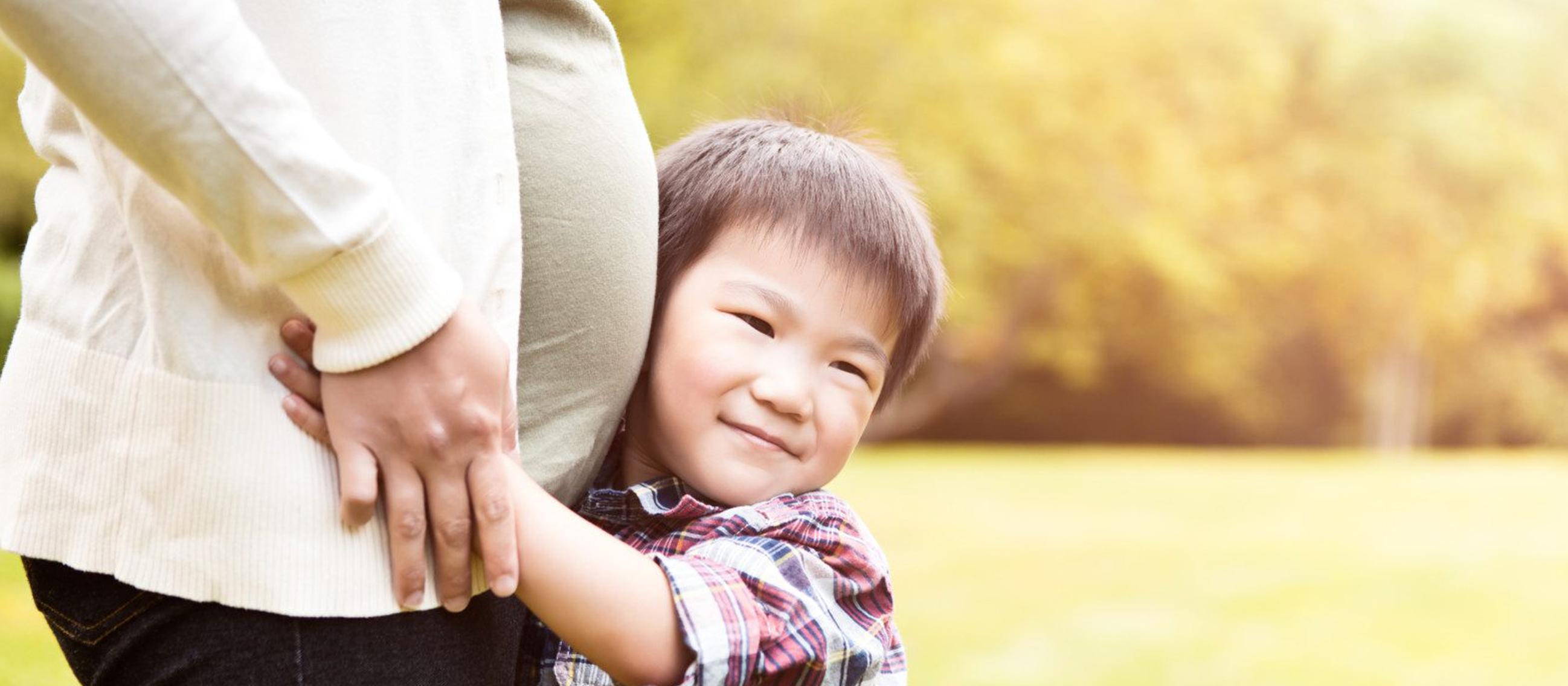 pregnant-mom-older-child