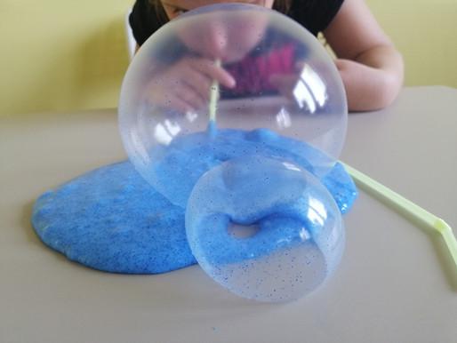Slime, czyli glutek - zabawa sensoryczna rozwijająca małą motorykę