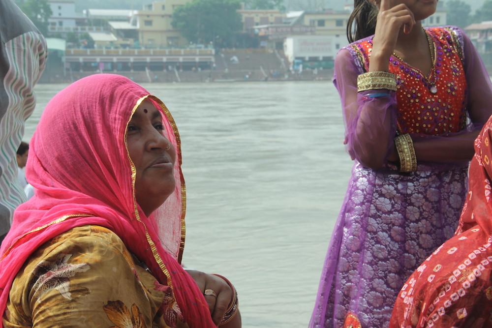 rishikesh, orillas ganges, rio, ganga, sagrado, ciudad yoga, capital, india, visita, mujeres