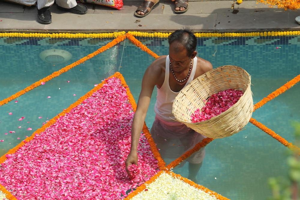 Iskcon temple, Delhi, India, Espiritualidad, Hinduismo, flores, rezar, adorar, honrar