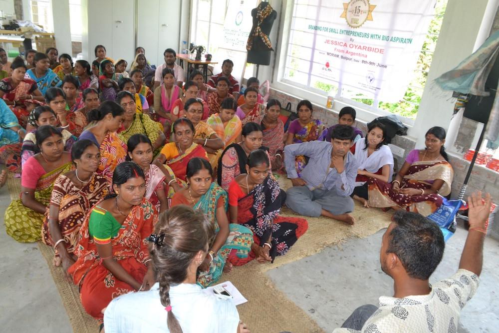 capacitacion-mujeres-empoderamiento-danza-tribal-mujeres-de-tribu-Aldea-rural-india-branding-para-emprendedores-animate-a-ser, jessica oyarbide, marcas que marcan, entrenamiento, taller, aldea, artesanos, branding, marcas con proposito, workshop