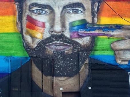 Quién es el artista que pinta diversidad en las calles