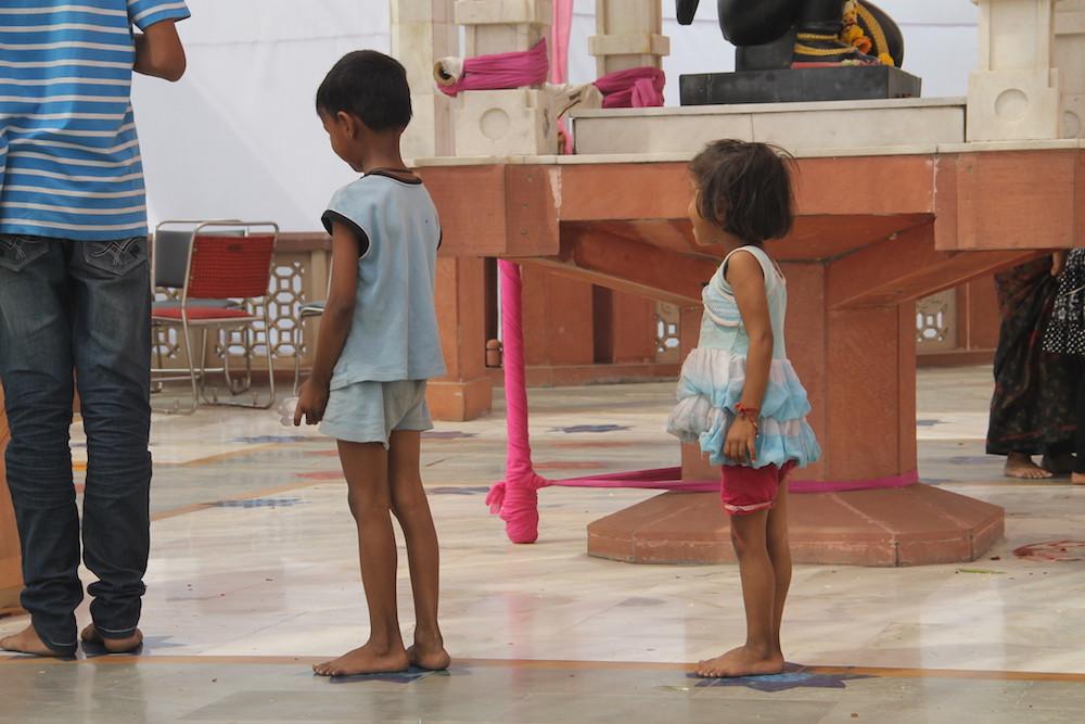 Iskcon temple, Delhi, India, Espiritualidad, Hinduismo, Niños, rezando