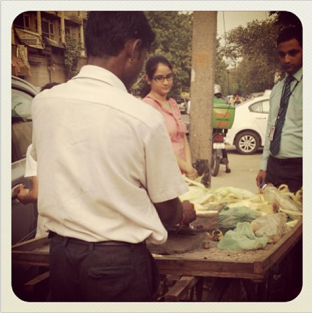vivir en india, pirar en india, razones para vivir en india, motivos, delhi, mujer, mercados en la calle, comida callejera