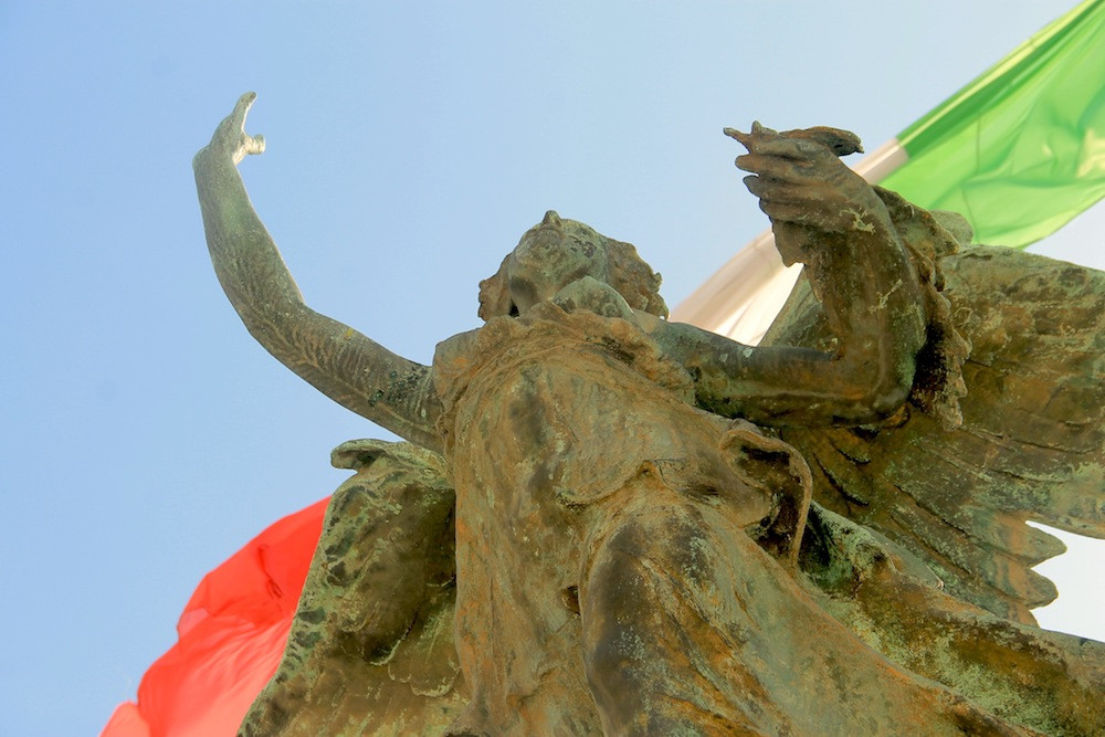 coliseo-romano,-roma,-italia,-coliseo,-romanos,-pelea,-viajar-por-europa,-viajar-por-el-mundo,-escultura,-bandera-italiana