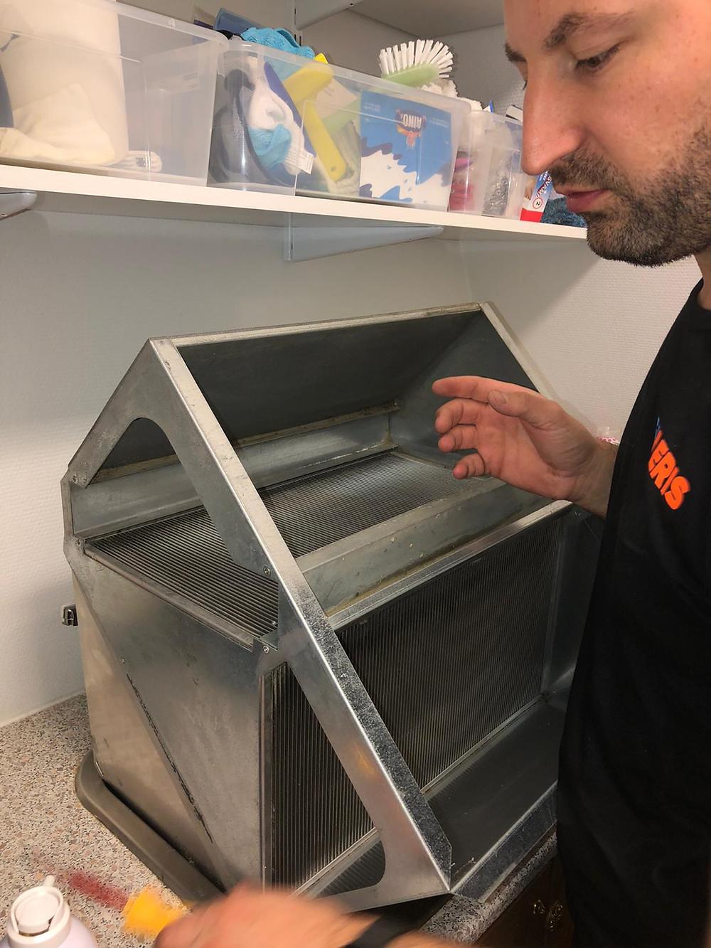 IVAeris Oy:n Mikael puhdistaa levylämmönsiirtimen