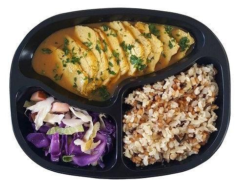 Peito de Frango ao Curry, Arroz 7 Cereais e Duo de Repolho e Maçã