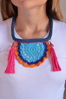 Colar de Crochê Meia Mandala Azul e Rosa
