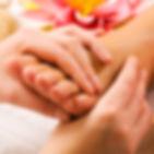 handen die voeten masseert