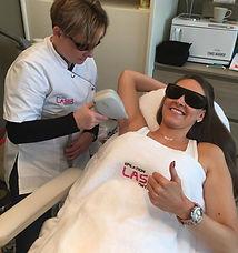 Vrouw die laserontharing uitvoert op een andere vrouw haar oksels