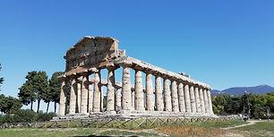 La Campania è femmina: lo è di nome, lo è di fatto. Qualche esempio? Il capoluogo regionale, Napoli, deve l'antica denominazione all'ammaliante sirena Partenope, ancora oggi rievocata nell'aggettivo partenopeo. Il sito archeologico più visitato della zona, Pompei...