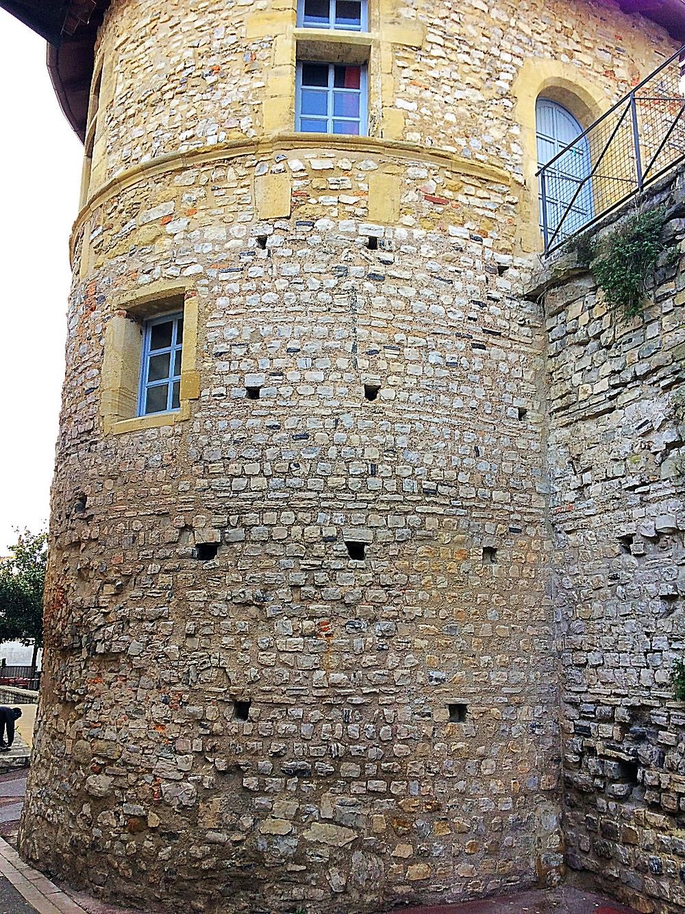Restos de la antigua muralla romana de Bayona