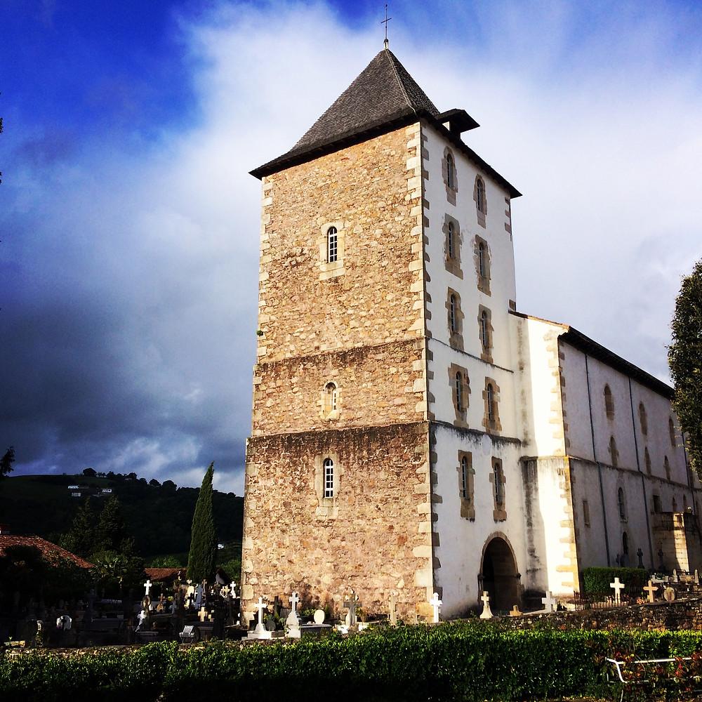 Vue de la tour-clocher de l'église Saint Martin de Sare (Labourd)