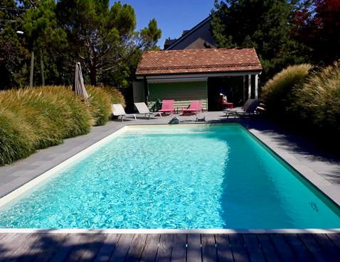 Piscine classique et pool house.jpg