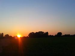De boerderij bij avond.