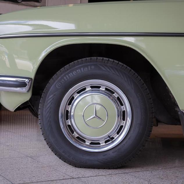 Mercedes-Benz 200 (W 115) (4).jpg