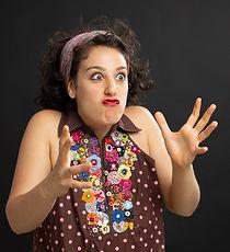Pamela Leoni fazendo careta com as mãos abertas como se estivesse segurando uma bola