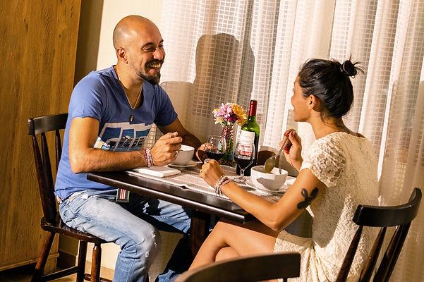 Casal jantar vinho Pousada Paiol .JPG