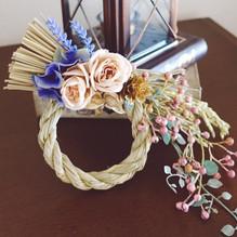 【アンティークカラーの洋風しめ飾り】枯れないお花、アーティフィシャルフラワーを使用したしめ飾りの作業風景