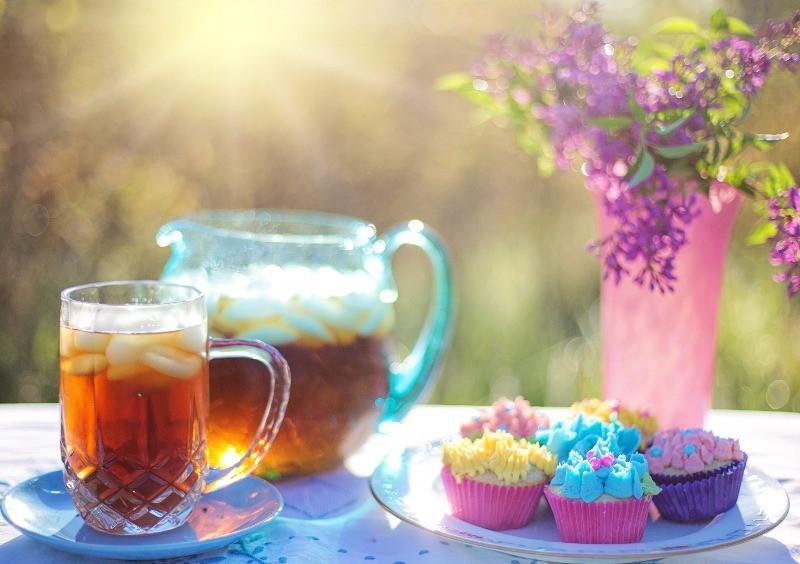 Ice Tea with cupcakes