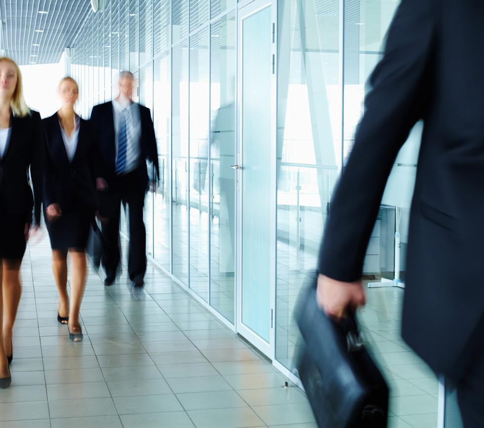 Dans le couloir de marche Businesspeople