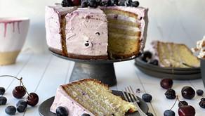 עוגת שכבות לבנה עם יוגורט ופירות יער