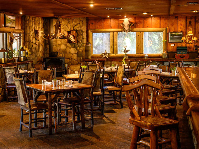 deer-lodge-dining-1.jpg