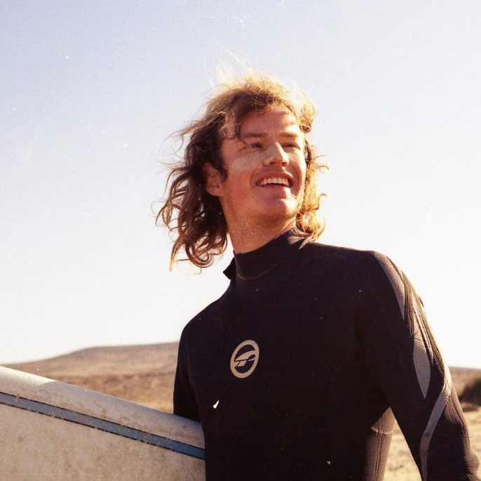 Peter de Koning with his surfboard at the ocean