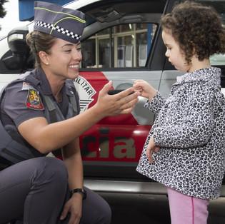 Policial_Sorrindo_com_Criança.jpg