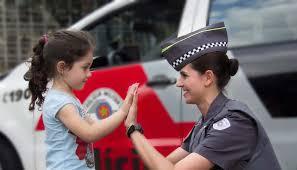 Policial_com_menina_batendo_a_mão.jfif
