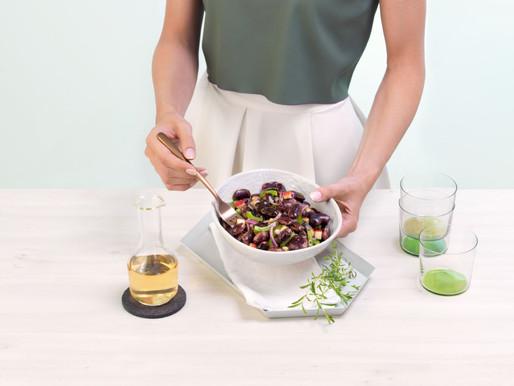 Fazolový salát s červenou cibulí, jablky a dýňovým olejem