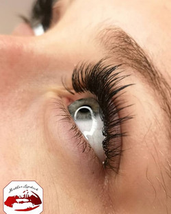 Hybrid lashes combine fans and classic l