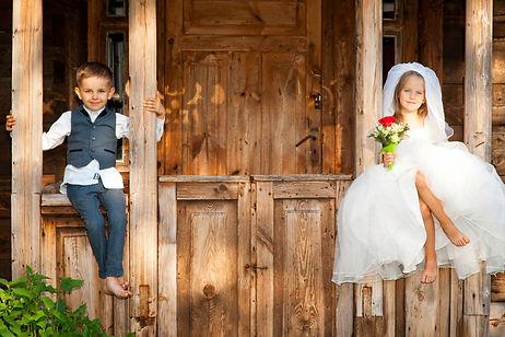 des enfants à un mariage