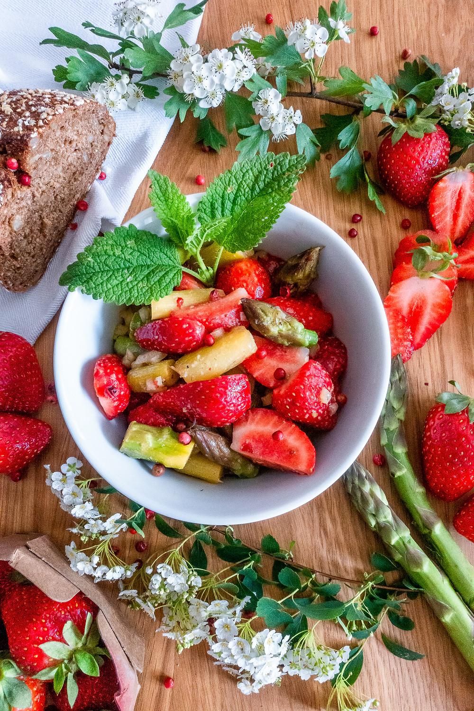 Spargelsalat-rezept-Erdbeeren-grüner-spargel-vegan-vegetarisch-glutenfrei