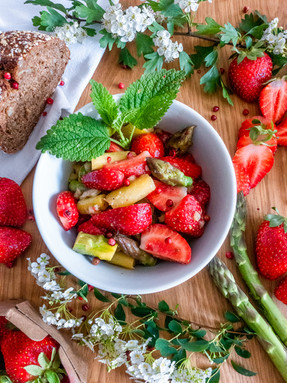 Spargel-Erdbeer-Salat-Frühling-rosa-pfef