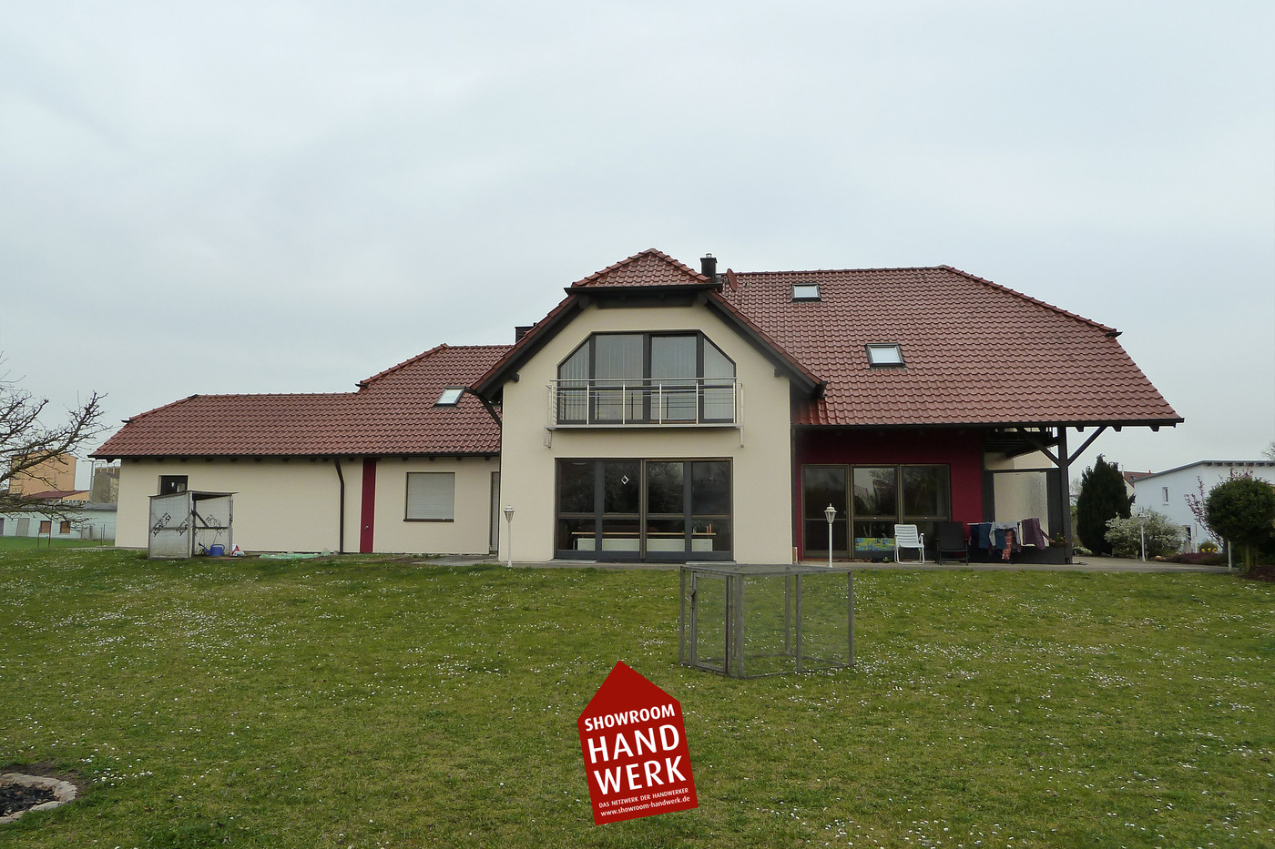 Fassade in creme mit rot.jpg
