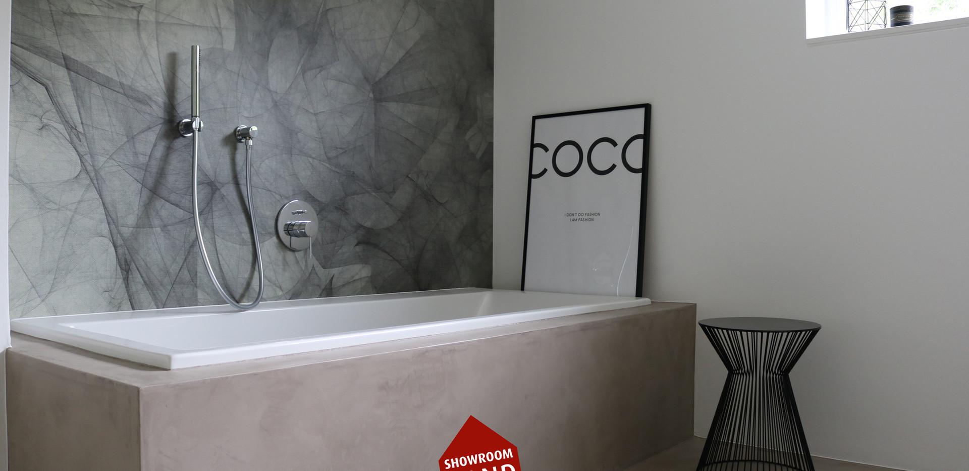 Fugenlose Badewanne mit Tapete im Bad