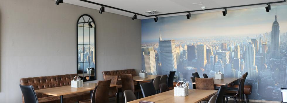 Leinwand mit Skyline von New York im Diner
