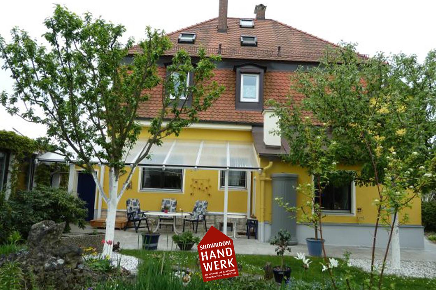Gelbe Fassade mit Faschen.jpg