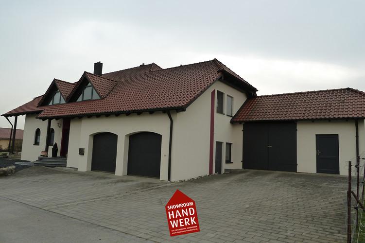 Beige Fassade mit rotem Aktzent.jpg