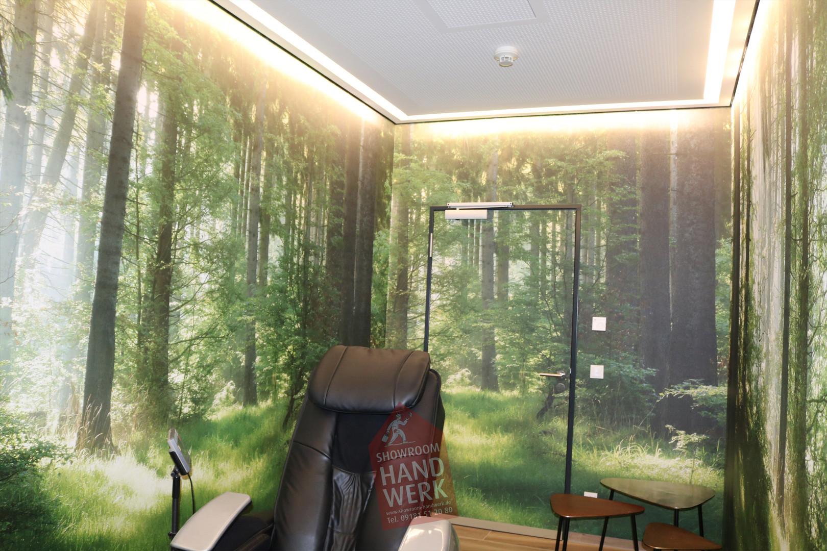 Waldraum mit Deckenbeleuchtung
