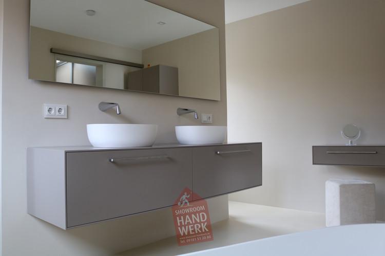 Fugenloses Badezimmer mit Waschwand