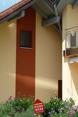 Oranger Streifen auf Gelber Fassade.jpg