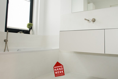 Fugenloses Badezimmer in weiß