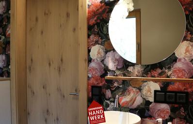 Blumen Tapete im WC