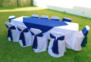 mesa con mantel sillas con forros.jpg