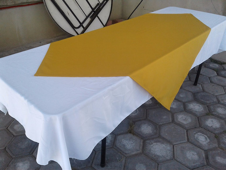 mesa y cubremantel amarillo.jpg