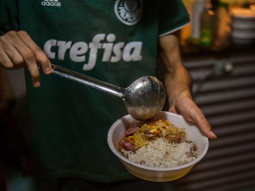 Coletivo de torcedores palmeirenses faz doações e prega luta pela democracia